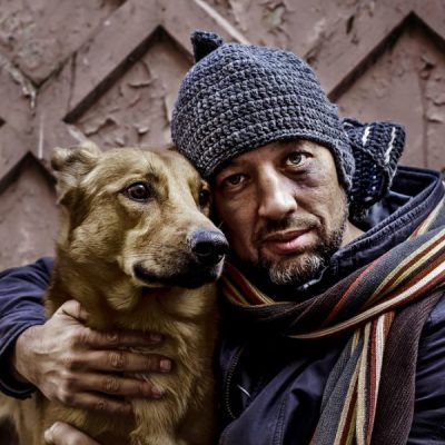 "This ""Street Vet"" Has Wandered the West Coast for 9 Years to Treat Homeless People's Pets for Free"